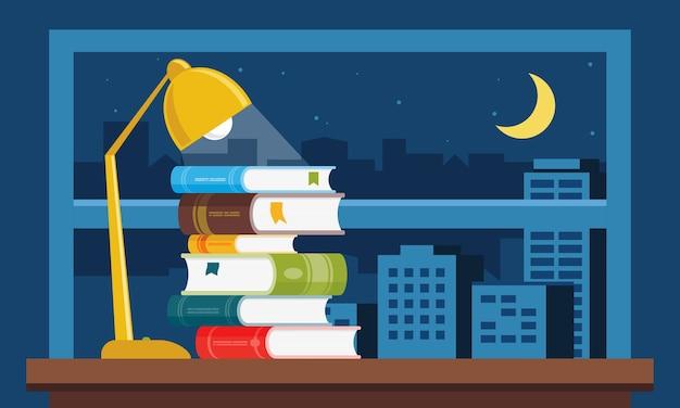 Studieboeken gestapeld op de tafel thuis met verlichting en raam met nachtzicht over de stad