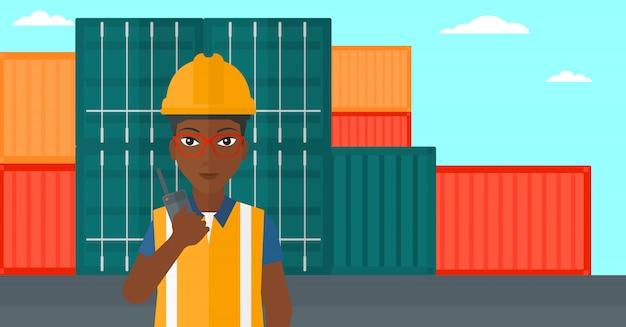 Stuwadoor staande op vrachtcontainers