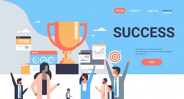 Succesvolle mensen groep staan winnaar beker trofee eerste plaats nummer één concept teamwerk succes vlakke horizontale kopie ruimte