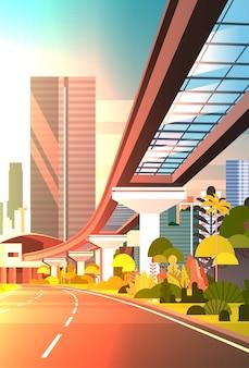 Sunset cityscape met wolkenkrabbers en railway road moderne stad bekijken