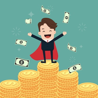 Super zakenman staan op stapels gouden munten