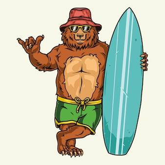 Surfen met beer die shaka-teken toont en met geïsoleerde surfplank staat