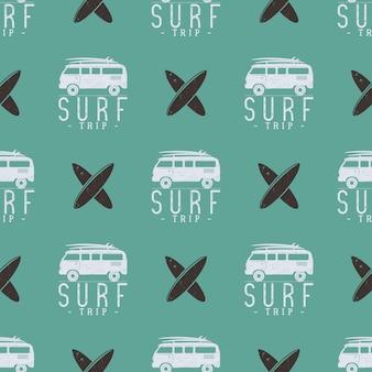 Surfen reis patroon ontwerp. zomer naadloos met surfer van, surfplanken. zwart-wit combi-auto. vector illustratie gebruik voor het afdrukken van stoffen, webprojecten, t-shirts of t-shirts. retro kleuren