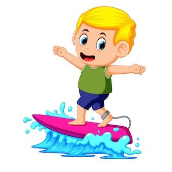 Surfer die de golven bevrijdt