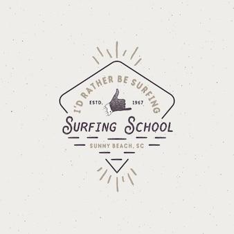 Surfschool embleem in unieke retro stijl. het beste voor zomer-t-shirts, reismokken, kleding, kleding. vintage design voor uw merk, projecten. voorraad vectorillustratie.
