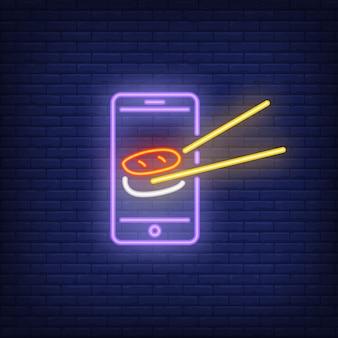 Sushi op het neonlicht van het smartphonescherm