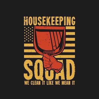 T-shirt ontwerp huishouding ploeg we maken het schoon alsof we het menen met de hand met stoffer en zwarte achtergrond vintage illustratie