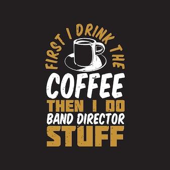 T-shirtontwerp eerst drink ik de koffie, dan doe ik banddirecteur dingen met een kopje koffie en bruine achtergrond vintage illustratie