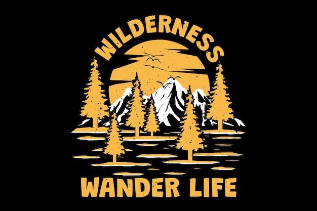 T-shirtontwerp met wildernis dwalen het leven bergpijnboom in retro vintage stijl met de hand getekend