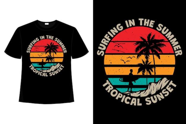 T-shirtontwerp van de tropische zomer van de surfende zonsondergang in retrostijl Premium Vector