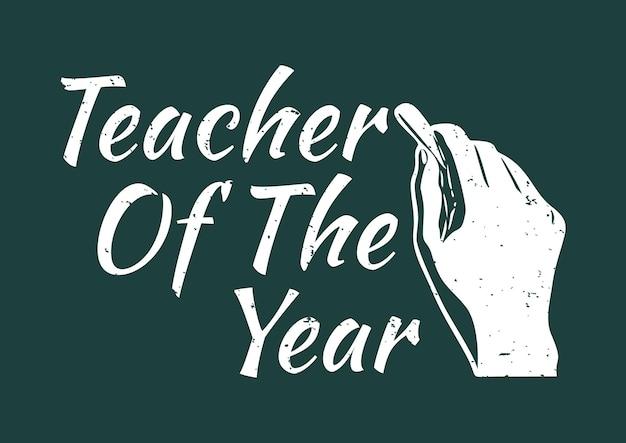 T-shirtontwerpleraar van het jaar met hand die een krijt en groene vintage illustratie als achtergrond houdt