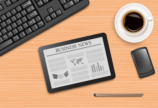 Tablet met nieuws en kantoorbenodigdheden op het bord.
