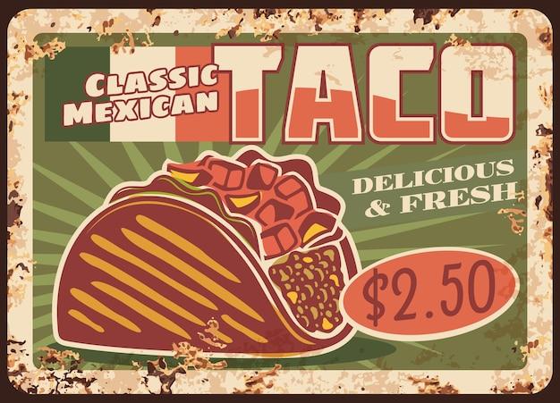 Taco, fastfood uit de mexicaanse keuken. roestig metalen bord van maïstortilla sandwich met vullingen van vlees, kaas en groenten, chili salsa, avocado guacamole en vlag van mexico