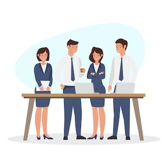 Team business group bespreken voortgang voor het bedrijf