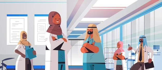 Team van arabische artsen in uniform bespreken tijdens bijeenkomst in ziekenhuis gang geneeskunde gezondheidszorg concept horizontale portret vectorillustratie