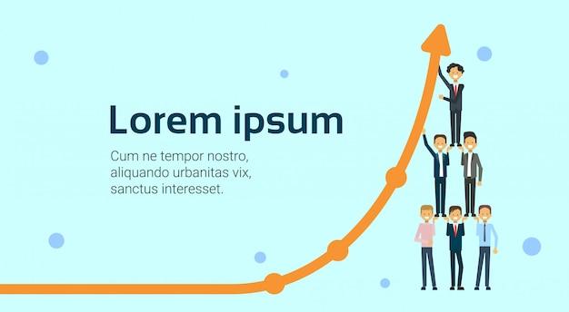 Team van bedrijfsmensen die zich op bars bevinden die financiënpijl houden die marketing de groei en financieel succesconcept telen