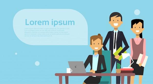 Team van mensen uit het bedrijfsleven brainstormen vergadering met zakenman werken