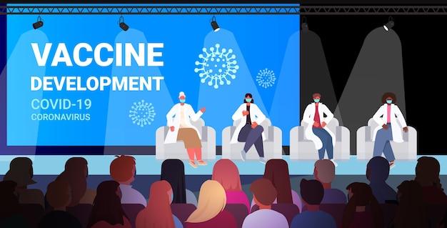Team van mix race artsen in maskers die toespraak houden over medische conferentie vaccin ontwikkeling strijd tegen coronavirus geneeskunde gezondheidszorg concept horizontale volledige lengte illustratie