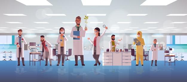 Team van wetenschappelijke onderzoekers dat experimenten maakt