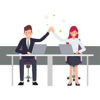 Teamwerk bedrijfsmensencollega mede werkende succesvolle bedrijfsbaan. zakenman en zakenvrouw genieten.