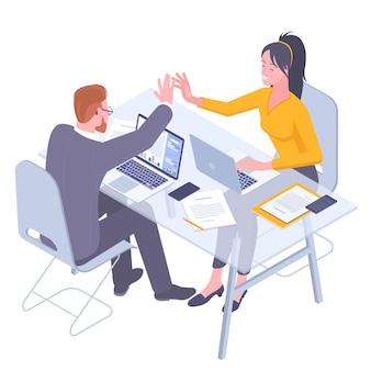 Teamwerk. jonge collega's man en vrouw geven elkaar vijf.