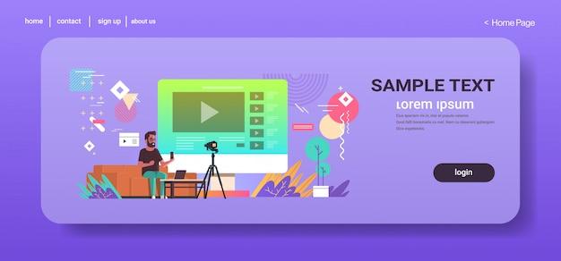 Technologie blogger opname online video man testen nieuwe smartphone blogging concept vlogger uitleggen digitale gadget functionele volledige lengte horizontale kopie ruimte