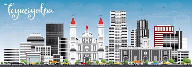 Tegucigalpa skyline met grijze gebouwen en blauwe hemel.