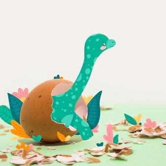 Tekening van een dinosaurus die uit een ei uitbroedt