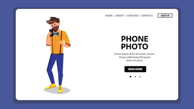 Telefoon foto man horloge op smartphone scherm vector. bebaarde jonge jongen kijken naar telefoon foto op gadget display. karakter nemen van digitale fotografie op elektronisch apparaat web flat cartoon afbeelding