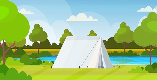 Tent camping gebied camping in de buurt van rivier zomerkamp reizen vakantie concept landschap natuur achtergrond vlak horizontaal