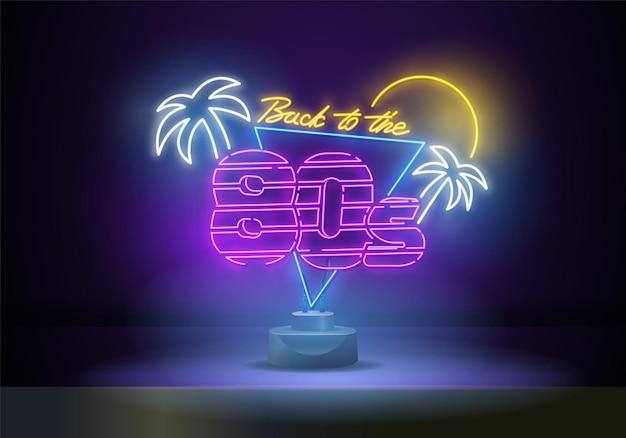 Terug naar de vector van het de jaren '80neonteken. 80 s retro-stijl ontwerpsjabloon neonreclame, lichte banner, neonuithangbord, nachtelijke heldere reclame, lichte inscriptie. vector illustratie