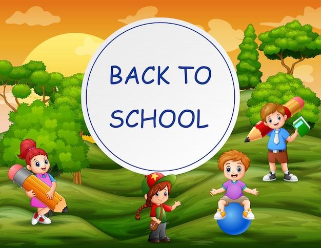 Terug naar school sjabloon met gelukkige kinderen