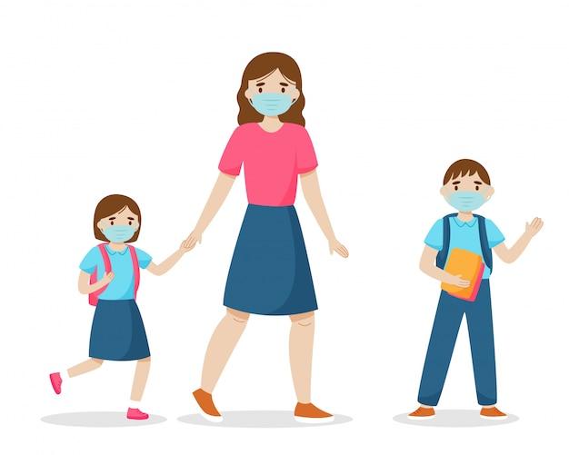 Terug naar school tijdens coronavirus quarantaineconcept. moeder brengt kinderen naar school. familie dragen van sanitaire maskers. geïsoleerd op een witte achtergrond.