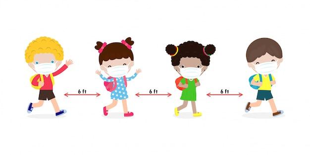 Terug naar school voor een nieuw normaal levensstijlconcept. gelukkige kinderen die een gezichtsmasker dragen en sociaal afstand nemen