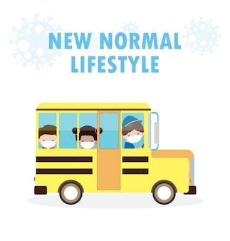 Terug naar school voor een nieuw normaal levensstijlconcept. gelukkige schattige kinderen dragen gezichtsmasker en sociale afstand beschermen coronavirus covid 19 op schoolbus, kinderen en vrienden gaan geïsoleerd naar school