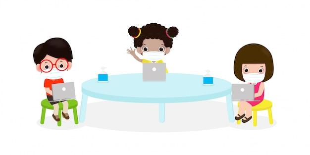 Terug naar school voor nieuwe normale levensstijl sociale afstand in klaslokaal concept, preventie tips infographic coronavirus 2019 ncov. kleine kinderen en laptop en tablet pc en het dragen van een masker in de klas