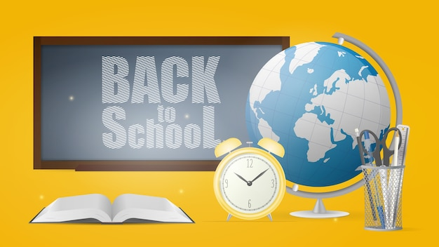 Terug naar schoolbanner. krijtbord, metalen standaard voor pennen, potloden, schaar, liniaal, oude gele klok, wereldbol en open boek.