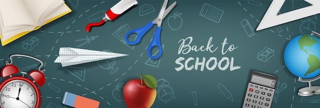 Terug naar schoolbanner met realistische schoolbenodigdheden op schoolbordachtergrond
