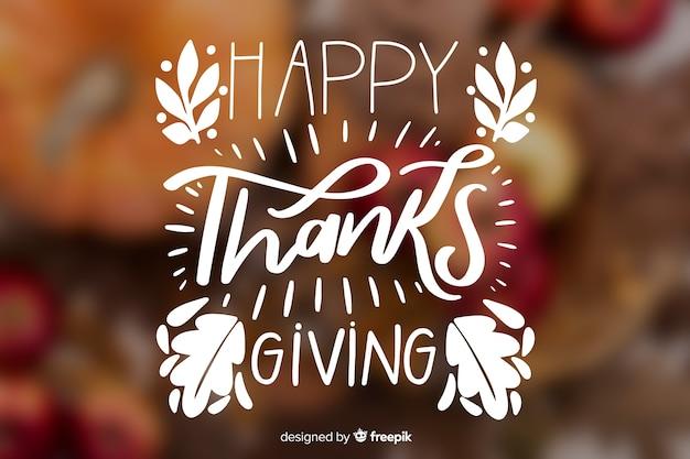 Thanksgiving belettering met onscherpe achtergrond