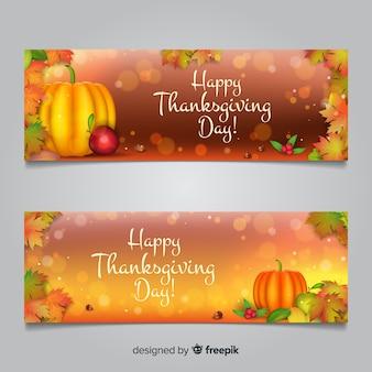 Thanksgiving daybanner die met de herfstelementen wordt geplaatst