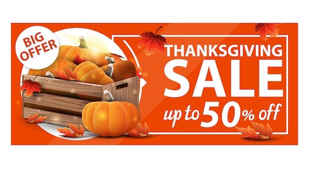 Thanksgiving-uitverkoop, tot 50% korting, oranje kortingswebbanner met houten kratten met rijpe pompoenen en herfstbladeren