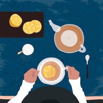 Thee drinken met een schijfje citroen