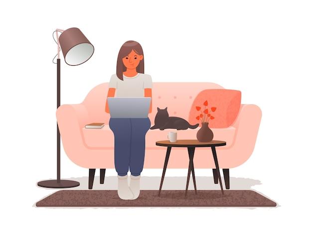 Thuiswerken. een vrouwenzitting op een bank werkt bij laptop. freelance tijdens een uitbraak van coronavirus. quarantaine