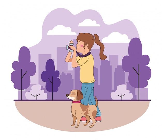 Tiener die en het hondbeeldverhaal glimlacht loopt