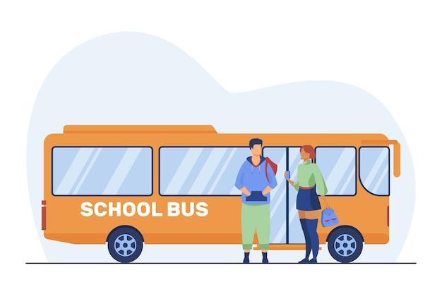 Tienerpaar dat zich bij schoolbus bevindt. scholieren, jongen en meisje praten platte vectorillustratie. woon-werkverkeer, daten, jongeren