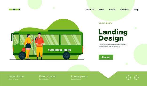 Tienerpaar staat op de bestemmingspagina van de schoolbus in vlakke stijl