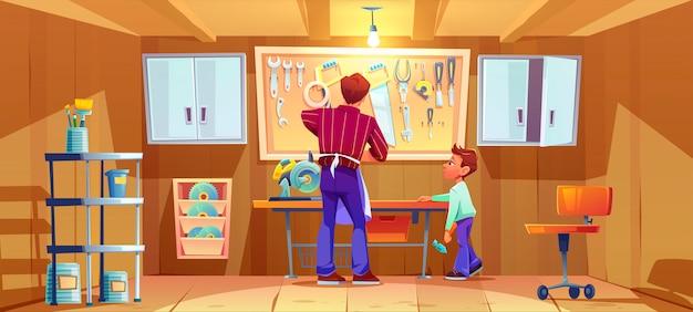 Timmerman en zijn zoon maken of repareren op de werkbank in de garage. cartoon illustratie van workshop interieur met timmerwerk tools en instrumenten. jongen met hamer helpt vader