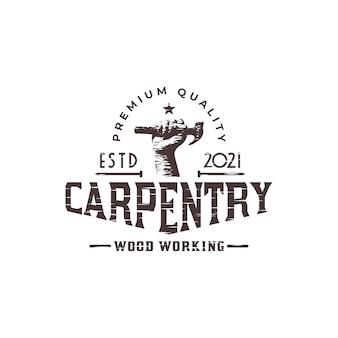 Timmerwerk- of houtbewerkerlogo met een afbeelding van hamer en houtschaafmachine