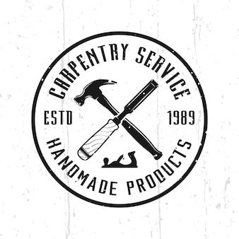 Timmerwerk service en houtbewerking monochroom vector embleem, badge, label of logo in vintage stijl geïsoleerd op de achtergrond met verwijderbare texturen