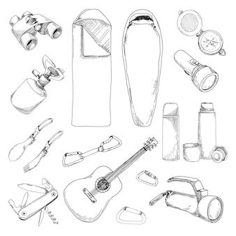 Toerisme en kampeerset. hand getekende illustratie van een schetsstijl.